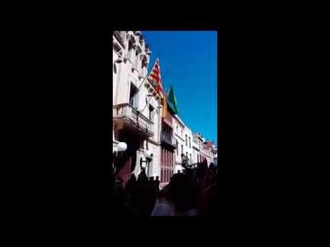En Canet arrían bandera española y Barcelona colocan pancarta República ...