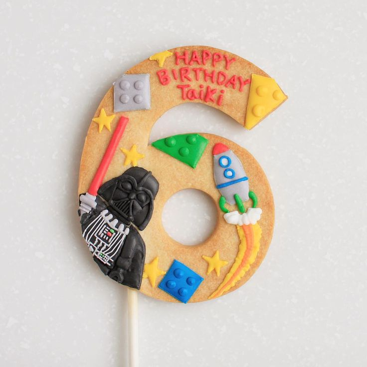 ° ° Happy 6th birthday :-) ° ° 前に作ったお誕生日の数字クッキーのデザインが息子くんにドンピシャ!だったみたいで、全く同じモチーフのリクエスト。で!私はまたダースベーダーのレゴとにらめっこ レゴのスターウォーズに夢中のあこ子へ :-) ° °