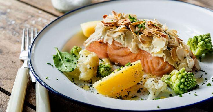 Lättlagad lax med smakrikt täcke på färskost och flagad mandel. Servera gärna den ugnsbakade laxen med kokta grönsaker och kokt potatis.