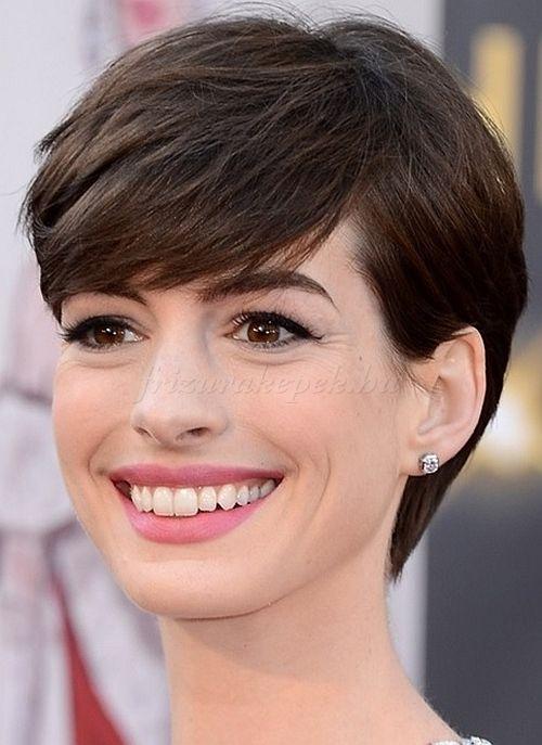 pixie frizurák, rövid frizurák - Anne Hathaway pixie frizura