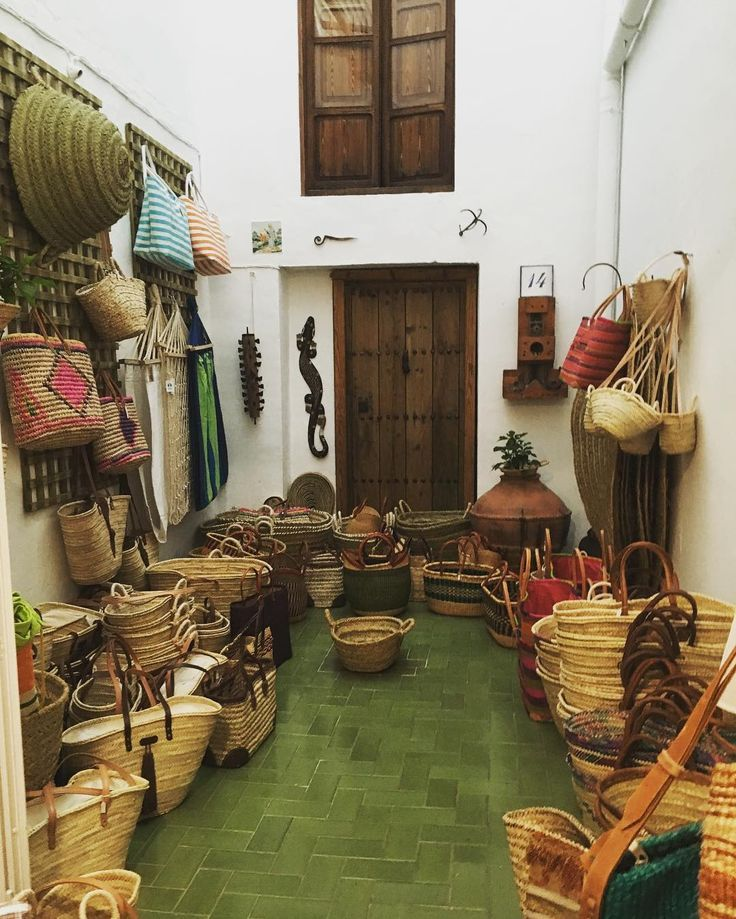 An artisan corner in a village called Gata de Gorgos (Alicante). I felt in love with the baskets, hats and lots of nice things!❤️�� #findinginspiration #basketry #gatadegorgos #stopandlook