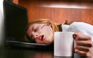 Sleeping at work can actually be a good thing.  Naps decrease drowsiness, increase alertness and benefit your overall health.