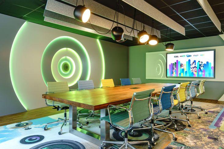 Voor de boardroom van Talpa Radio is de Flos Aim verlichting gebruikt om een speels effect te creëren