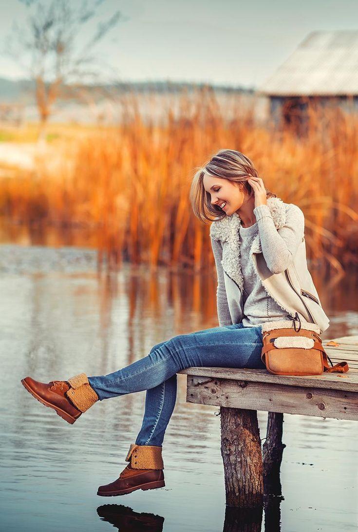 Conjunto chaqueta beis, jersey gris claro, pantalones tejanos azules, botines marrones y bandolera marrón #modainvierno #modafemenina #modamujer #chaquetabeis #fashion #lookstyle #looks #misconjuntos #conjuntomoda