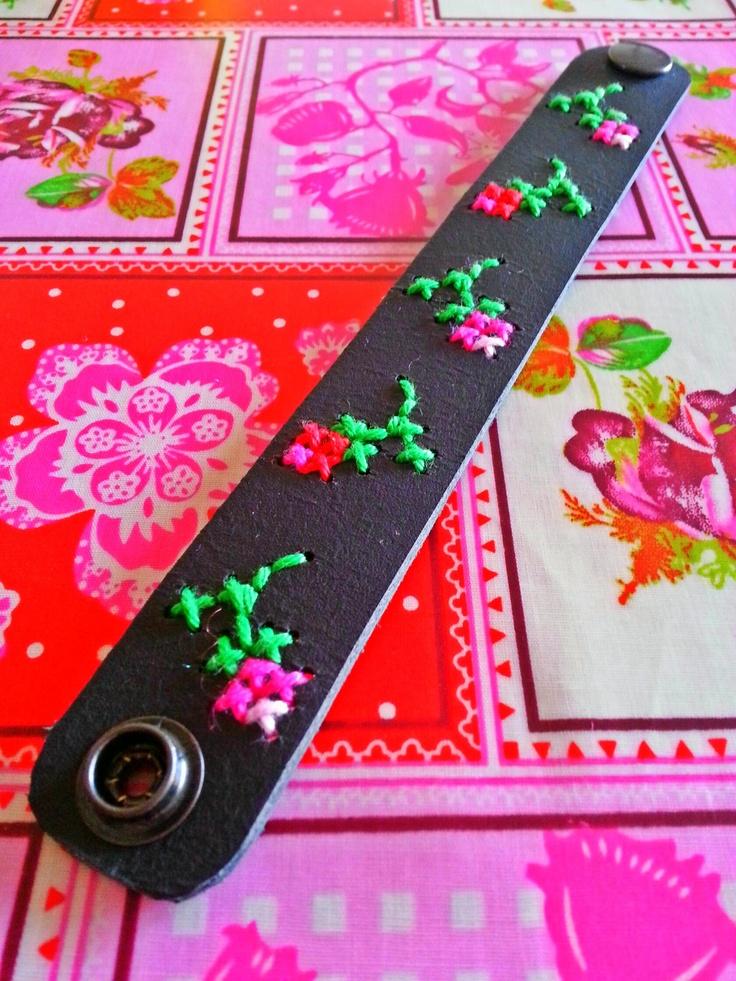 ~Met katoen geborduurde armband van leer gemaakt door Honderd-Procent-Heppie en nu van MIJ~