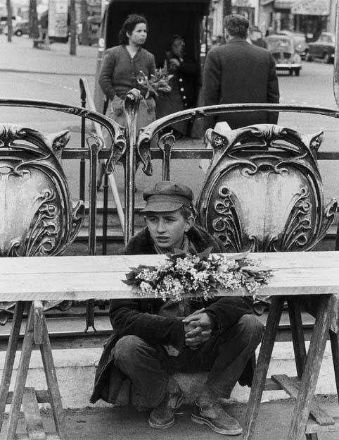 Le vendeur de muguet, Paris, 1968, Izis = Israëlis Bidermanas. (1911 - 1980)