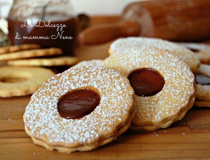 I biscotti occhio di bue sono dolcetti di pasta frolla ripieni di marmellata o cioccolato ideali per una golosa merenda. Sono facili e veloci da preparare.