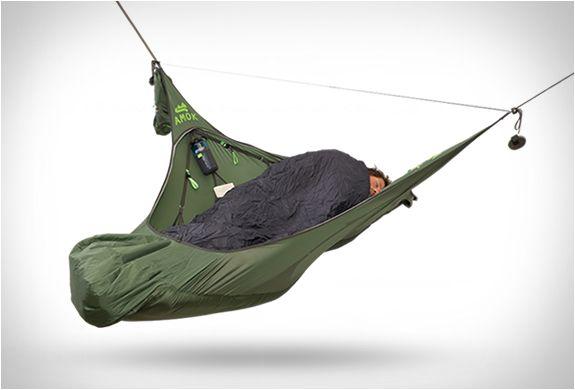 REDE PARA ACAMPAMENTO AMOK  A Amok anunciou a terceira geração do seu premiado Amok Draumr Hammock, uma rede para acampamento inovadora que você dorme de forma plana e permite até que você se sente.