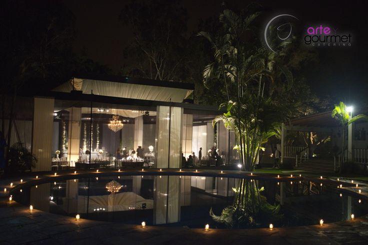 Hermoso Detalle de Velas que armonizan elegantemente la piscina