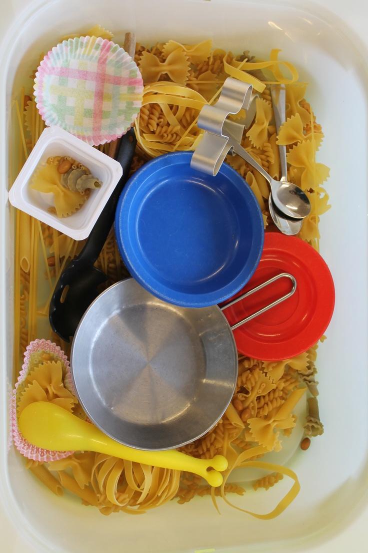 Eet Smakelijk! - activiteit - Uk en Puk. Ontdekken met verschillende soorten ongekookte pasta.