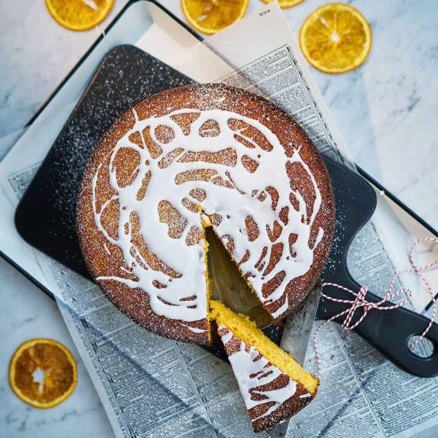 Baka en god, saftig, mjuk kaka med sötsyrliga clementiner. Vispa ihop en glasyr och bred på kakan och pudra över lite florsocker. Servera med lättvispad grädde.
