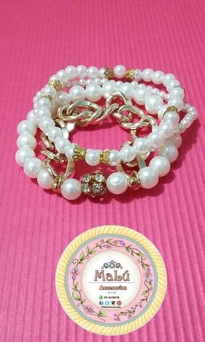 Pulsera cuádruple de perlas con una cadena y pequeños accesorios dorados. Accesorios únicos de #Malú.  $15.000 Ventas al por mayor y al detal. Whatsapp  311-6528578
