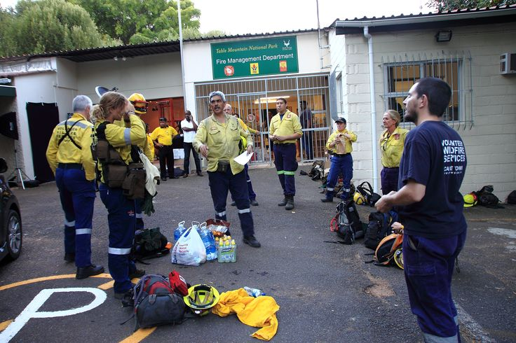 How brave are these volunteers, firefighting at night after a morning shift. .#vws #capefire #muizenbergfire