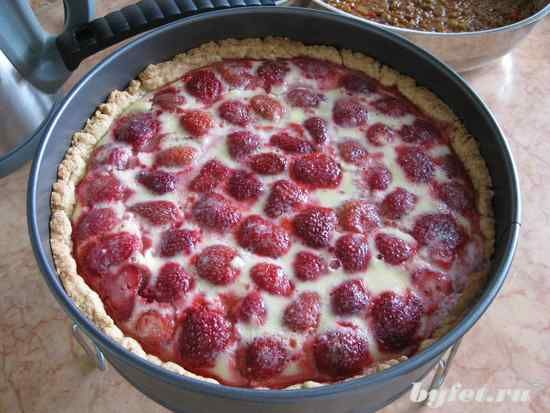 STRAWBERRY PIE WITH SOURCREAM