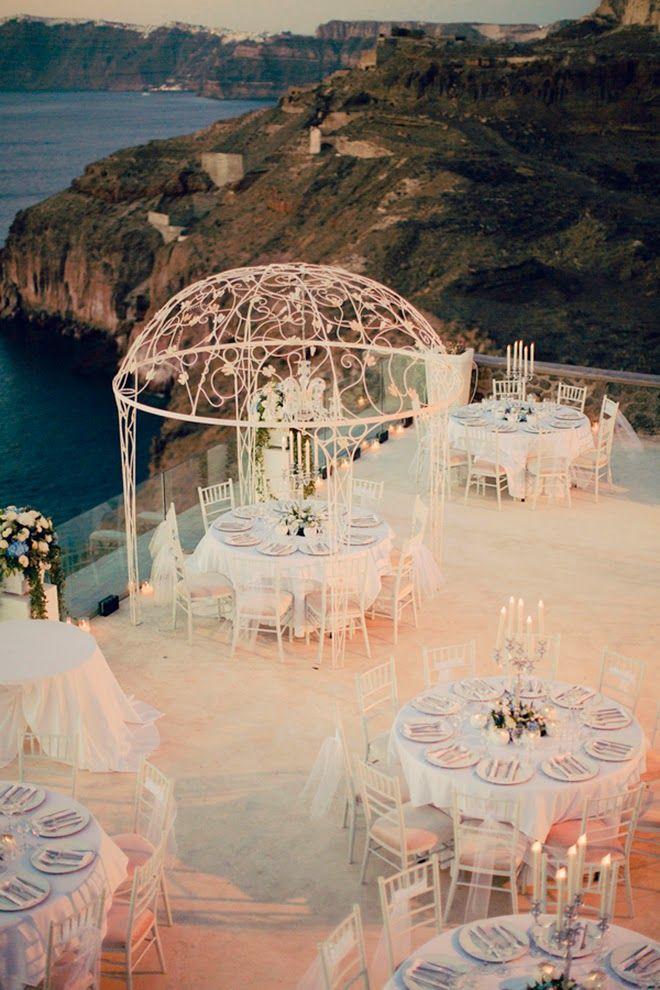 Decoração extravagante de casamento em Santorini, na Grécia. Que tal?