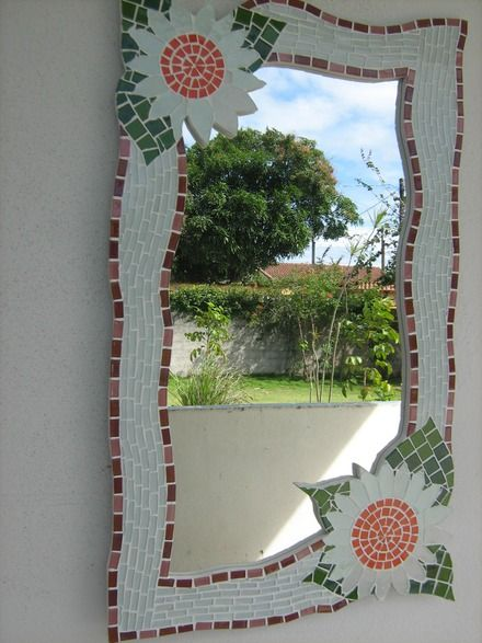 espelho com moldura em mosaico. Mosaic mirror frame sunflowers...I like the slightly waved borders of the frame