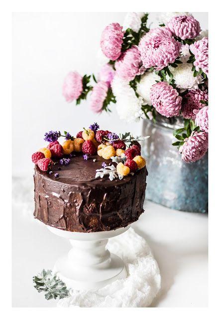 Tort czekoladowy z malinami i lawendą