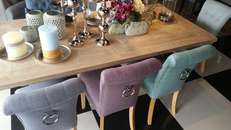 Elegancki komplet mebli do jadalni dla 8 osób. Prostokątny stół z drewna w propozycji z tapicerowanymi krzesłami w różnych odcieniach kolorystycznych z ozdobnymi uchwytami na oparciu. Pięknie prezentujący się komplet jadalniany, który zachwyci gości.