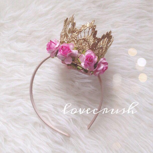 Corona de encaje y flores