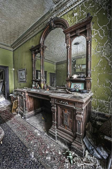 OMG why and how could someone leave that gorgeous piece of furniture behind. Just look at that mirror.