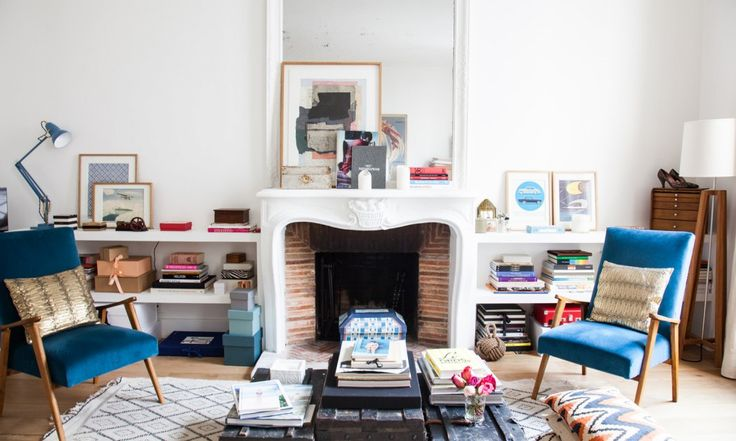 Salon dans l'appartement parisien de la fondatrice de Sézanne, tapis berbère…