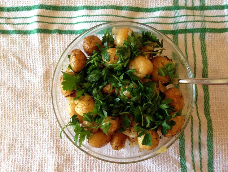Молодой запеченный картофель с луком и цедрой