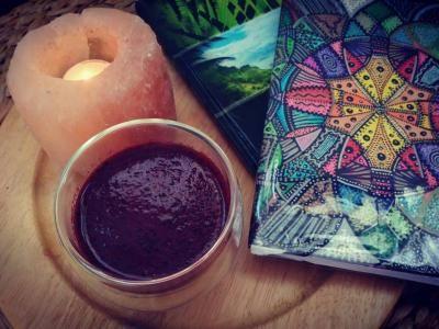 Dnešní ranní smoothie (borůvky, ostružiny, rybíz, kiwi, řeřicha, kurkuma, skořice, pepř). Zvláštní kombinace? Nene❣ Chutná to naprosto skvěle ♥ K tomu solná lampa se svíčkou. Deník snů přání a cílů, kde si stále připomínám, co vše se mi už splnilo a pro co ještě musím zamakat... Pak další deník s jógou, meditacemi a cvičením. Ráno cvičím pokaždé trochu něco jiného. Záleží na náladě a na chuťi :) Vždy však cvičím něco, co je z mého cvičícího deníku. Ať už to je jóga, cviky podle taoismu nebo…