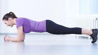 *Břicho* 1. Vzpor ležmo: Lehněte si na bříško, opřete se o předloktí, dlaně leží na zemi. Vzepřete se na předloktí a špičkách nohou. Záda držte rovná, celé tělo v jedné rovině od hlavy po paty. Zatáhněte bříško a držte je zpevněné. V této pozici vydržte 10–12 vteřin, povolte a zopakujte 1–3krát.