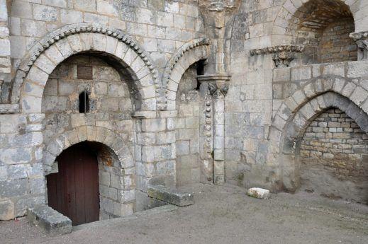 La porte d'entrée du clocher et ses sculptures romanes