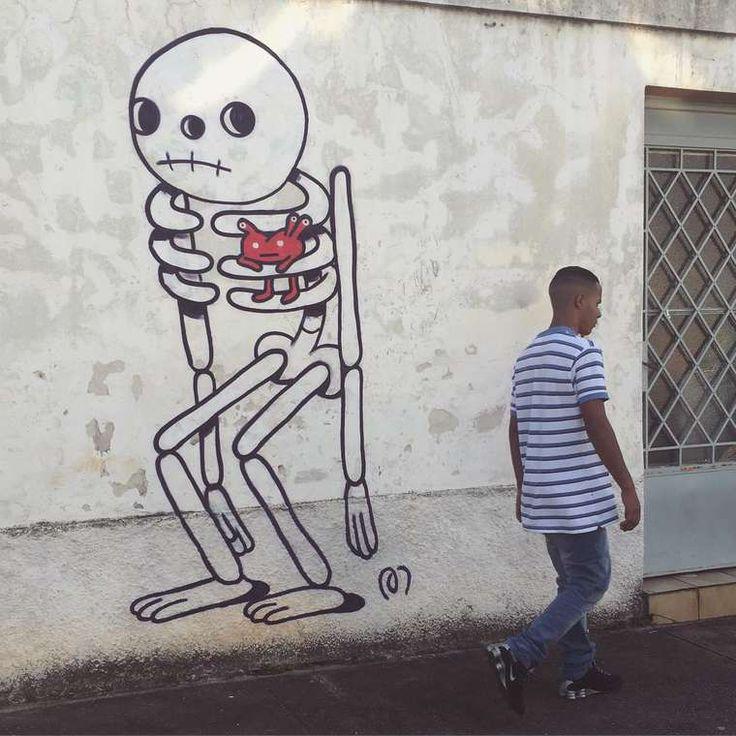 Muretz est un artiste brésilien inspiré par le jeu et l'imagination. Il repeint les murs de São Paulo avec ses graff' aux traits ronds et gras. Ses dessins sont un appel au voyage dans l'espace et dans le corps humain.