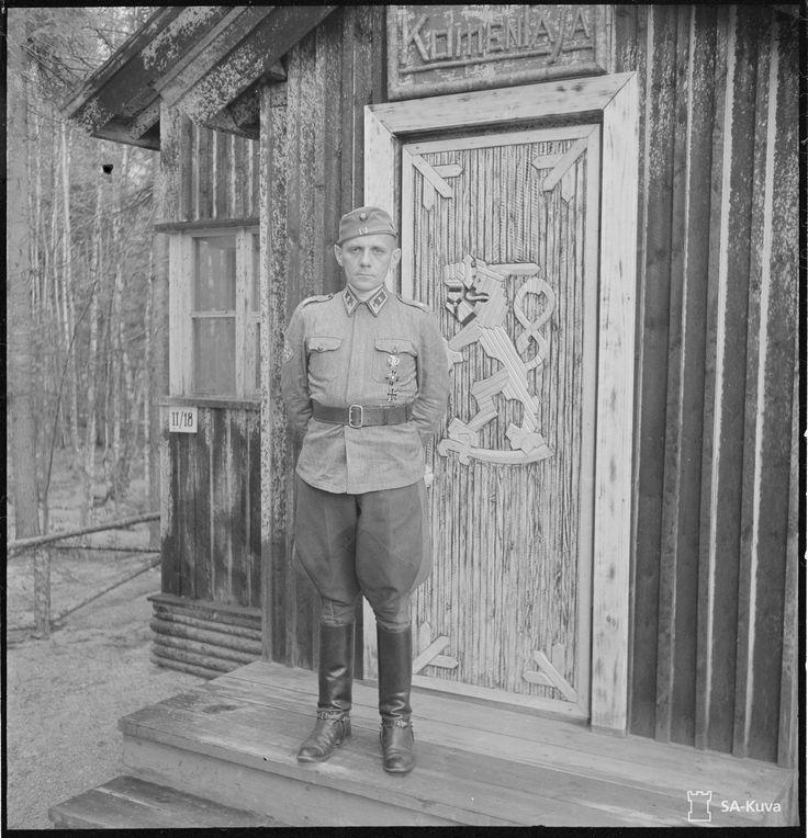 Sotatoimiyhtymän (Pans. D:n) komentaja kenraalimajuri Lagus komentopaikkansa (Piltsu) korsussa ulkosalla. (1943-08-31 SA-kuva)