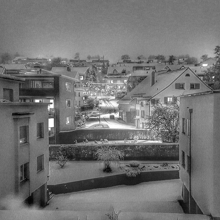 Zurich by Night.  #zurich #zurich_insta #visitzurich #zürichhoengg #hoengg #livinginzurich #schnee #nacht #urban #blackandwhite #schwarzweiss #snow #night #cosy #street #weitblick