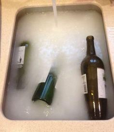 Eau très très chaude + 1/2 tasse de bicarbonate de soude + 1cs de savon + 2 tasses de vinaigre et les étiquettes se décollent...