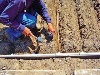 preparo da canalização da irrigação por gotejamento profundo