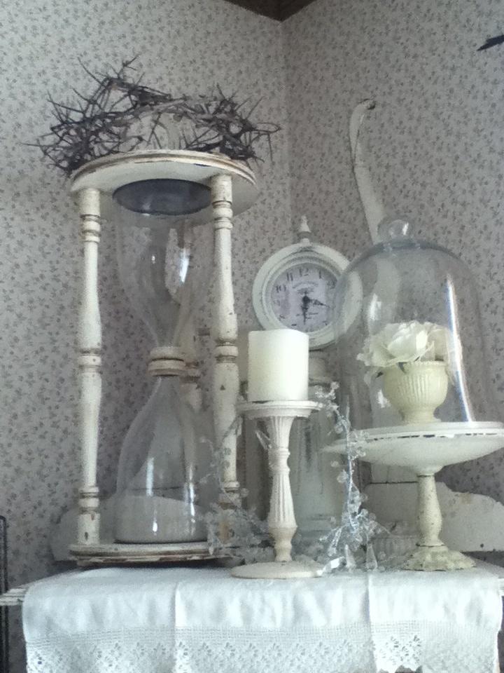 Cute vintage decor...lovel love love the white
