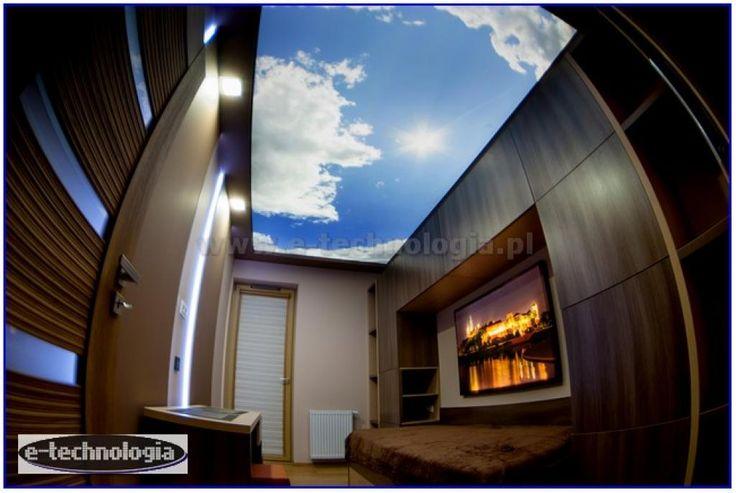 Sufity napinane z nadrukiem chmurek oświetlające łóżko