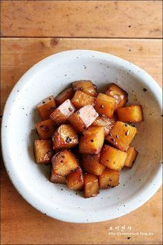 감자조림 만드는법, 맛있는 감자조림 황금레시피~~완소 레시피랍니다 감자조림은 여름이면 자주 해 먹는 음식으로별다른 레시피가 필요없다고 생각했는데...레시피대로 만들어 보니 '감자조림에도 황금레시피가 있구나' 하는 생각을 해봅니다 ㅎㅎ 요즈음 다정쌤님의 요리책을 찬찬히 탐독을 하고있답니다 2년여동안 직접 요리를 배우기도 ...