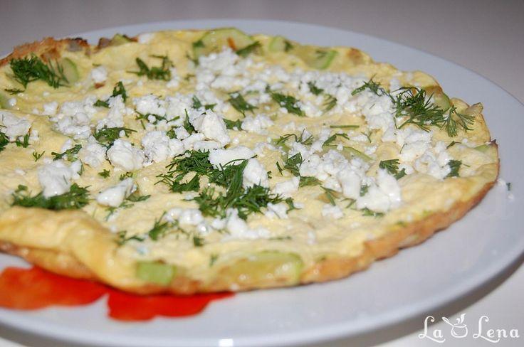 O mancare satioasa si sanatoasa, perfecta pentru orice masa a zilei - la micul dejun bineinteles, la pranz sau cina puteti s-o combinati cu salata de legume. La gust ar fi ca un fel de dovlecel pane mai mare, dar in varianta mult mai sanatoasa si cu mult mai putin ulei. In poza vedeti omleta facuta din 2 oua+1 dovlecel mic, in tigaie de 24cm, in aceeasi tigaie puteti sa faceti si o omleta din 4 oua pt 2 persoane. Branzica de deasupra este optionala, mie imi place in acest sezon de legume…