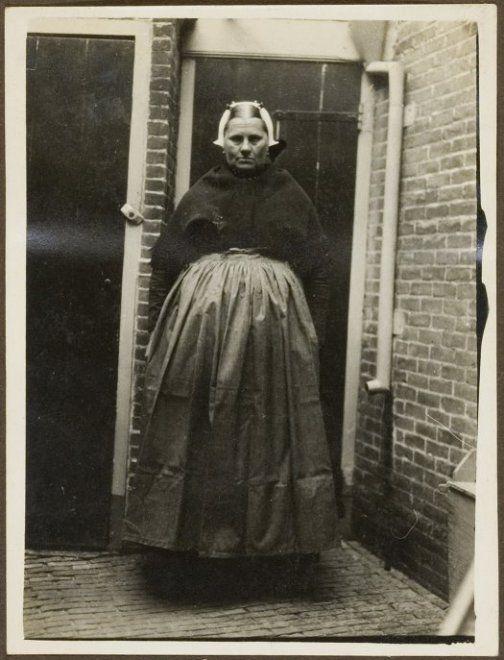 Moeder van Gerrit de Jager in Scheveningse klederdracht te Scheveningen. ca 1915 #ZuidHolland #Scheveningen