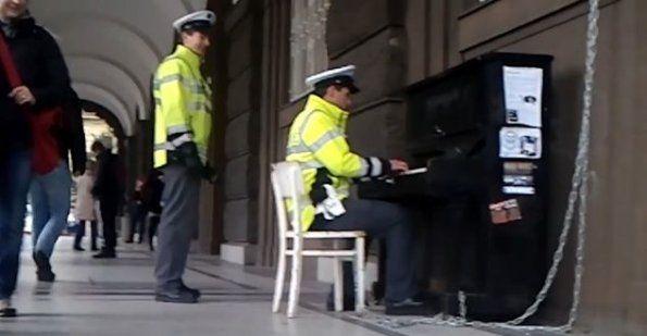 Video de policía tocando piano en la calle se vuelve viral http://www.audienciaelectronica.net/2013/12/20/video-de-policia-tocando-piano-en-la-calle-se-vuelve-viral/