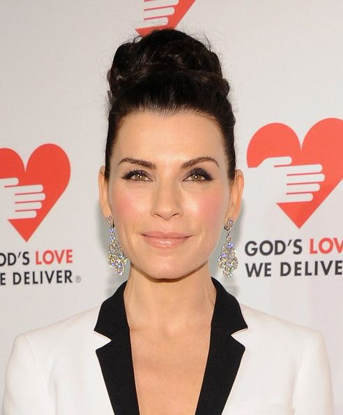 Julianna Margulies Hair Knot - Julianna Margulies looked diva-ish with her voluminous top knot during the Golden Heart Awards.