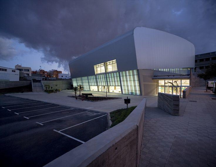 Construido por GBGV Arquitectos en San Cristobal de La Laguna, Spain con fecha 2008. Imagenes por José Ramón Oller. Situado en un denso barrio del conglomerado metropolitano que forman los municipios de Santa Cruz y La Laguna, este e...