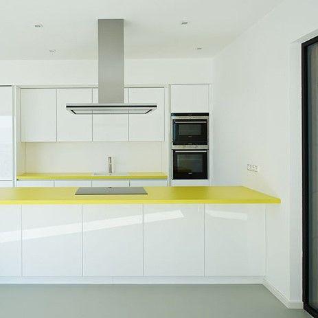 Biela kuchyňa oživená žltou pracovnou doskou