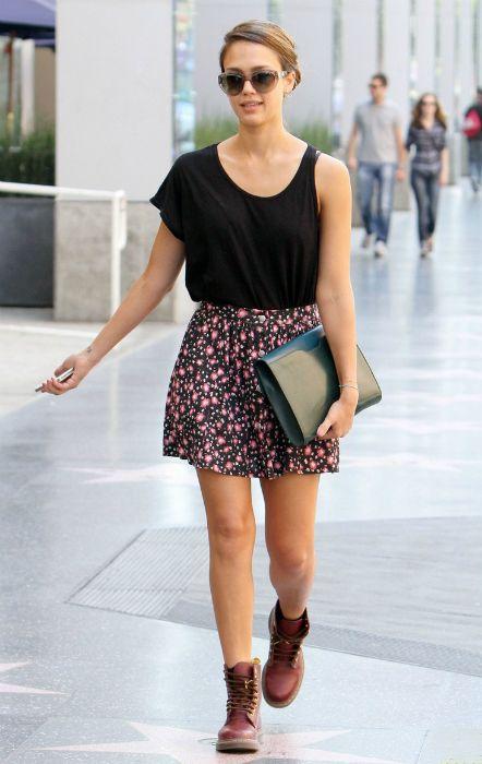 jessica alba mini falda floral top asimetrico look casual moda urbana hollywood street style