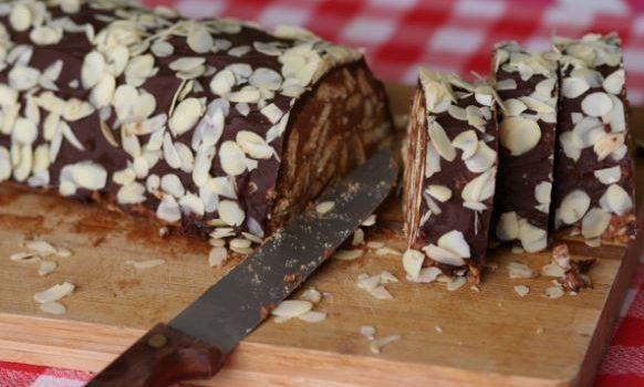 Σοκολατένιος κορμός ψυγείου με γκανάς σοκολάτας και φιλέ αμυγδάλου