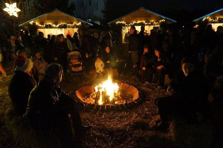 Χριστουγεννιάτικο Χωριο του Κόσμου, της Εθελοντικής Ομάδας Δράσης Ν.Πιερίας και των Γιατρών του Κόσμου.γύρω από τη φωτιά, να συζητάει καθισμένος σε μπάλες από άχυρο, γύρω γύρω χειροποίητα ξύλινα σπιτάκια, με παιχνίδια, βιβλία, γλυκίσματα και λιχουδιές, ζεστό κρασί, ξηρούς καρπούς, ζεστή σουπίτσα, κάποια τοπική χορωδία ή κάποιο τοπικό συγκρότημα να τραγουδάει,Μια πρωτότυπη δράση βασιζόμενη στην αχρήματη συναλλαγή!