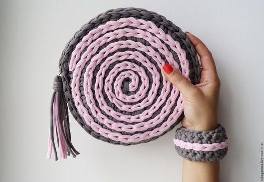Круглая вязаная сумочка `Розовый жемчуг`