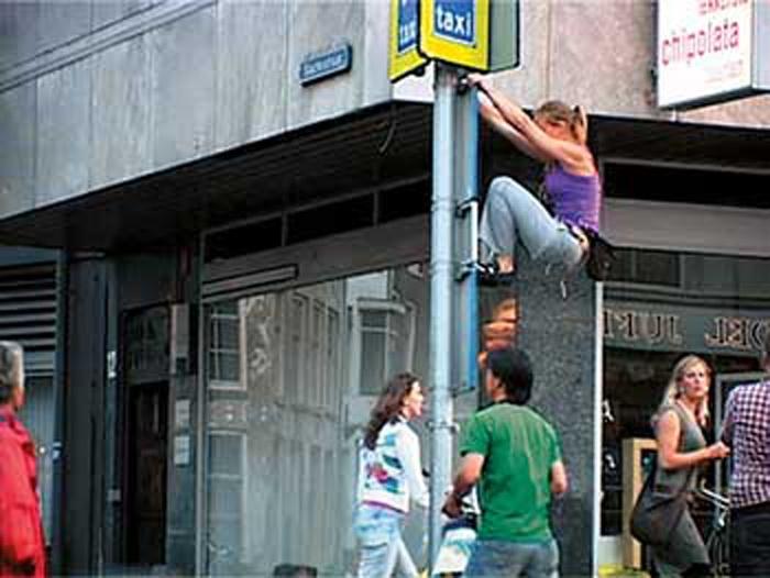 en la serie Trepando edificios realizada en 2003 en colaboración con la escaladora profesional Berta Martín Sancho en los edificios Euskalduna y Renfe en Bilbao, la artista utiliza el cuerpo para la apropiación e intervención del espacio público y la subversión de su uso y de las normas asociadas con él.
