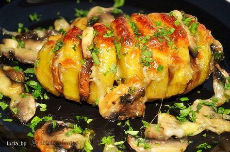 Curatati cartofii de coaja, dupa care ii taiati in felii subtiri, transversal pe lunginea lor, dar nu de tot. Lasati o portiune netaiata, atat cat sa
