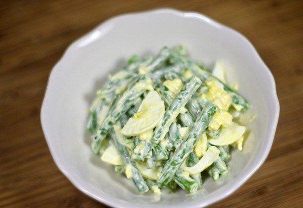 Салат из стручковой фасоли с вареными яйцами. 450 грамм стручковой зеленой фасоли; 3-4 куриных яйца; 2-3 зубца свежего чеснока; зелень (укроп, петрушка, зеленый лук) 50 грамм сливочного масла; майонез «Легкий»; специи (соль, смесь перцев – по вкусу).